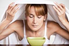 Γυναίκα που αναπνέει το θερμό νερό στοκ φωτογραφίες με δικαίωμα ελεύθερης χρήσης