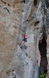 Γυναίκα που αναρριχείται στο καλοκαίρι διαδρομών βράχου Στοκ φωτογραφία με δικαίωμα ελεύθερης χρήσης