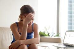 Γυναίκα που ανατρέπεται λόγω των κακών ειδήσεων στην επιστολή ηλεκτρονικού ταχυδρομείου Στοκ φωτογραφία με δικαίωμα ελεύθερης χρήσης