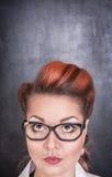 Γυναίκα που ανατρέχει στο υπόβαθρο πινάκων κιμωλίας Στοκ Φωτογραφίες
