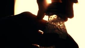 Γυναίκα που ανοίγει ένα μπουκάλι του ενωμένου με διοξείδιο του άνθρακα μεταλλικού νερού φιλμ μικρού μήκους