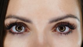 Γυναίκα που ανοίγει τα μάτια της απόθεμα βίντεο