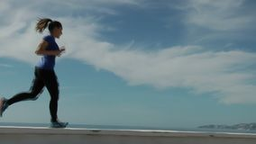 Γυναίκα που αντιτίθεται το μπλε ουρανό απόθεμα βίντεο