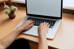 Γυναίκα που απασχολείται στο σπίτι στο χέρι γραφείων στο πληκτρολόγιο κοντά επάνω στοκ εικόνες με δικαίωμα ελεύθερης χρήσης