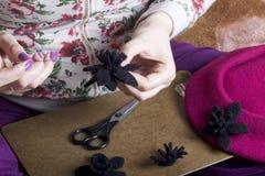 Γυναίκα που απασχολείται στα headdress Ράβοντας λουλούδι του υφάσματος Στοκ εικόνες με δικαίωμα ελεύθερης χρήσης