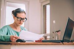 Γυναίκα που απασχολείται στο σπίτι στο γραφείο Στοκ Εικόνα