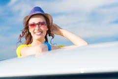 Γυναίκα που αποκτάται νέα από το παράθυρο αυτοκινήτων Στοκ φωτογραφία με δικαίωμα ελεύθερης χρήσης
