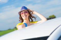 Γυναίκα που αποκτάται νέα από το παράθυρο αυτοκινήτων Στοκ εικόνα με δικαίωμα ελεύθερης χρήσης