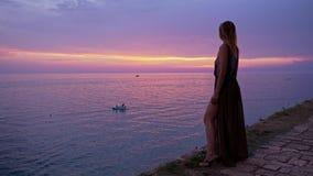 Γυναίκα που απολαμβάνει ένα ηλιοβασίλεμα σε ένα Rovinj, Κροατία φιλμ μικρού μήκους