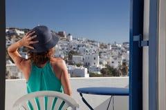 γυναίκα που απολαμβάνει την πόλης θέα mykonos από το πεζούλι, Ελλάδα - καλοκαιρινές διακοπές στοκ φωτογραφία με δικαίωμα ελεύθερης χρήσης