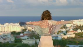 Γυναίκα που απολαμβάνει τη θαλάσσια αύρα στο λόφο, που εξετάζει την πόλη παραλιών Υλοτομία της ελευθερίας φιλμ μικρού μήκους