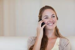 Γυναίκα που απολαμβάνει τη τηλεφωνική συζήτηση της Στοκ φωτογραφία με δικαίωμα ελεύθερης χρήσης