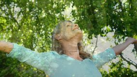 Γυναίκα που απολαμβάνει το αεράκι φύσης φιλμ μικρού μήκους