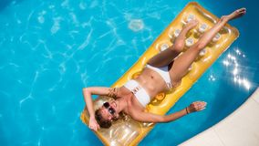 Γυναίκα που απολαμβάνει το καλοκαίρι στο στρώμα στοκ εικόνες με δικαίωμα ελεύθερης χρήσης
