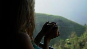 Γυναίκα που απολαμβάνει το καυτό τσάι απόθεμα βίντεο