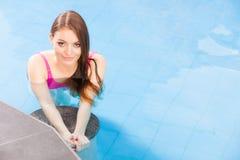 Γυναίκα που απολαμβάνει το νερό στην πισίνα Στοκ Φωτογραφία