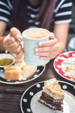 Γυναίκα που απολαμβάνει latte τον καφέ στον καφέ Στοκ φωτογραφία με δικαίωμα ελεύθερης χρήσης