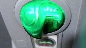 Γυναίκα που αποσύρει τα χρήματα και που παρεμβάλλει την τραπεζική κάρτα στη μηχανή του ATM απόθεμα βίντεο