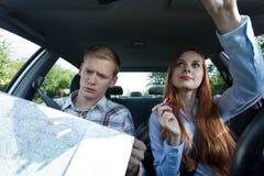 Γυναίκα που αποτελεί στο αυτοκίνητο Στοκ φωτογραφία με δικαίωμα ελεύθερης χρήσης