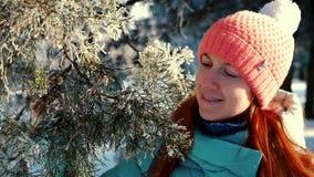 Γυναίκα που απολαμβάνει στο χειμερινό δάσος στο ηλιοβασίλεμα φιλμ μικρού μήκους