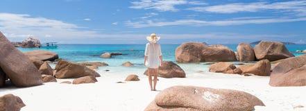 Γυναίκα που απολαμβάνει την τέλεια παραλία εικόνων Anse Λάτσιο στο νησί Praslin, Σεϋχέλλες Στοκ Φωτογραφία