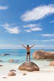 Γυναίκα που απολαμβάνει την τέλεια παραλία εικόνων Anse Λάτσιο στο νησί Praslin, Σεϋχέλλες Στοκ φωτογραφία με δικαίωμα ελεύθερης χρήσης