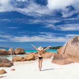 Γυναίκα που απολαμβάνει την τέλεια παραλία εικόνων Anse Λάτσιο στο νησί Praslin, Σεϋχέλλες Στοκ εικόνα με δικαίωμα ελεύθερης χρήσης