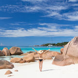 Γυναίκα που απολαμβάνει την τέλεια παραλία εικόνων Anse Λάτσιο στο νησί Praslin, Σεϋχέλλες Στοκ Εικόνες