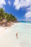 Γυναίκα που απολαμβάνει την τέλεια παραλία εικόνων Anse Patates στο νησί Λα Digue, Σεϋχέλλες Στοκ φωτογραφίες με δικαίωμα ελεύθερης χρήσης
