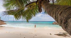 Γυναίκα που απολαμβάνει την τέλεια παραλία εικόνων Anse Patates στο νησί Λα Digue, Σεϋχέλλες Στοκ Φωτογραφίες