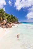 Γυναίκα που απολαμβάνει την τέλεια παραλία εικόνων Anse Patates στο νησί Λα Digue, Σεϋχέλλες Στοκ Εικόνες