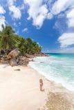 Γυναίκα που απολαμβάνει την τέλεια παραλία εικόνων Anse Patates στο νησί Λα Digue, Σεϋχέλλες Στοκ Εικόνα