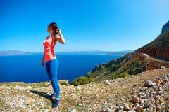 Γυναίκα που απολαμβάνει της ελευθερίας στο ταξίδι Στοκ Φωτογραφίες