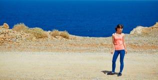 Γυναίκα που απολαμβάνει της ελευθερίας στο ταξίδι Στοκ εικόνες με δικαίωμα ελεύθερης χρήσης