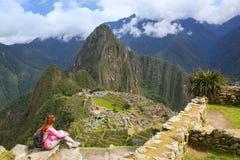 Γυναίκα που απολαμβάνει τη θέα της ακρόπολης Machu Picchu στο Περού στοκ φωτογραφίες
