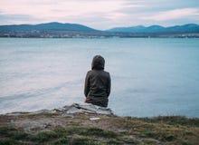Γυναίκα που απολαμβάνει τη θέα της θάλασσας Στοκ φωτογραφία με δικαίωμα ελεύθερης χρήσης