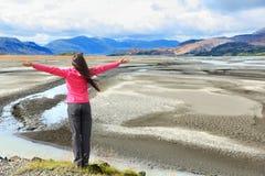 Γυναίκα που απολαμβάνει τη θέα των μαύρων αμμόλοφων άμμου της Ισλανδίας Στοκ Εικόνα