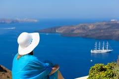 Γυναίκα που απολαμβάνει τη θέα Santorini Στοκ φωτογραφία με δικαίωμα ελεύθερης χρήσης