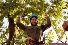 Γυναίκα που απολαμβάνει τη δραστηριότητα σε ένα πάρκο σχοινιών Στοκ εικόνα με δικαίωμα ελεύθερης χρήσης