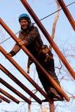 Γυναίκα που απολαμβάνει τη δραστηριότητα σε ένα πάρκο σχοινιών Στοκ εικόνες με δικαίωμα ελεύθερης χρήσης