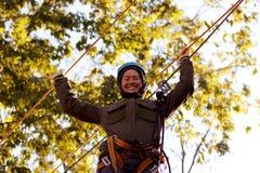 Γυναίκα που απολαμβάνει τη δραστηριότητα σε ένα πάρκο σχοινιών Στοκ φωτογραφίες με δικαίωμα ελεύθερης χρήσης