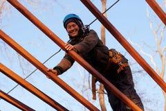 Γυναίκα που απολαμβάνει τη δραστηριότητα σε ένα πάρκο σχοινιών Στοκ Φωτογραφίες