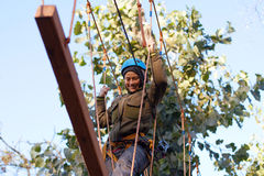 Γυναίκα που απολαμβάνει τη δραστηριότητα σε ένα πάρκο σχοινιών Στοκ Φωτογραφία