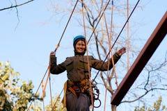 Γυναίκα που απολαμβάνει τη δραστηριότητα σε ένα πάρκο σχοινιών Στοκ φωτογραφία με δικαίωμα ελεύθερης χρήσης