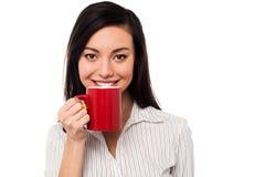 Γυναίκα που απολαμβάνει τον καφέ κατά τη διάρκεια του σπασίματος εργασίας στοκ φωτογραφίες