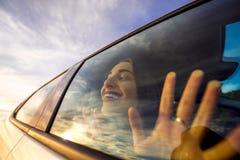 Γυναίκα που απολαμβάνει cloudscape το κοίταγμα μέσω του παραθύρου αυτοκινήτων Στοκ εικόνες με δικαίωμα ελεύθερης χρήσης