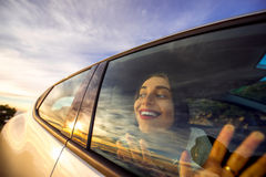 Γυναίκα που απολαμβάνει cloudscape το κοίταγμα μέσω του παραθύρου αυτοκινήτων Στοκ Φωτογραφία