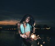 Γυναίκα που απολαμβάνει Sparkler στο γεγονός φεστιβάλ στοκ φωτογραφίες