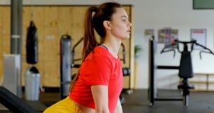 Γυναίκα που ασκεί με το barbell σε ένα στούντιο 4k ικανότητας απόθεμα βίντεο