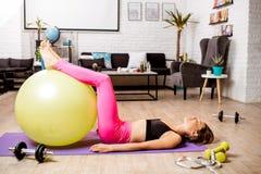 Γυναίκα που ασκεί με το fitball Στοκ Εικόνες